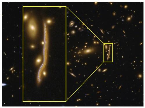 """Il """"serpente cosmico"""" è l'immagine multipla di una galassia distante prodotta da un potente effetto di lente gravitazionale. Crediti: Antonio Cava / Università di Ginevra"""
