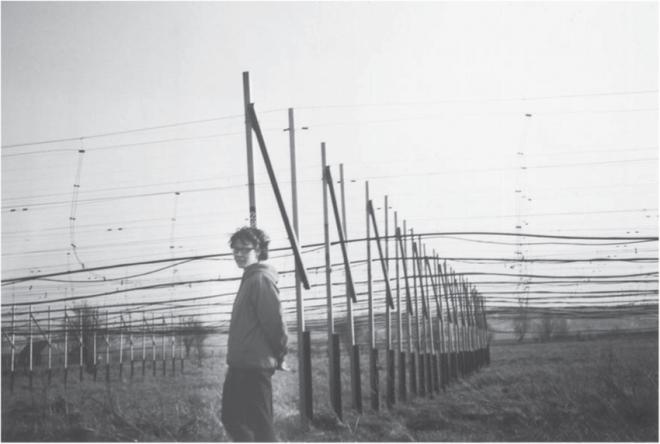Jocelyn Bell accanto alla struttura del radiotelescopio