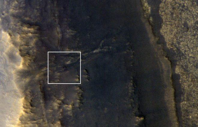 Opportunity, al centro del riquadro, visto dal MRO. Credit NASA