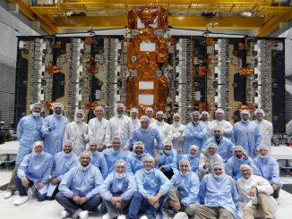 La squadra di scienziati con SAOCOM 1Aalle loro spalle