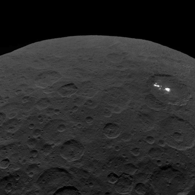 Una delle ultime viste trasmesse dalla sonda NASA: il cratere Occator su Cerere