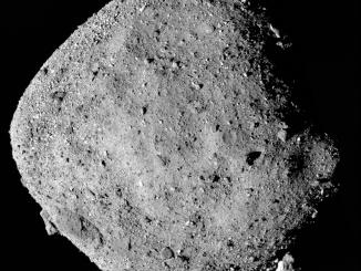 mosaico dell'asteroide Bennu è composta da 12 immagini PolyCam raccolte il 2 dicembre