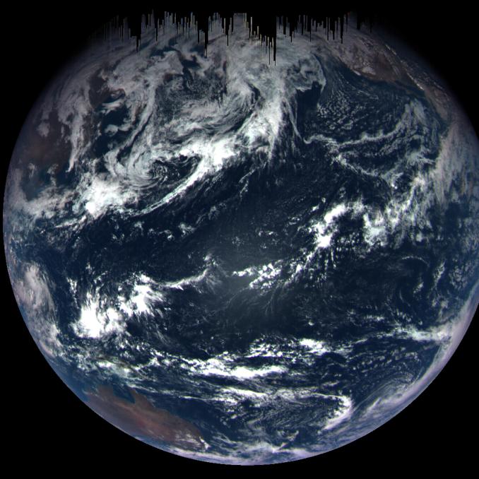 ripresa della Terra da parte della OSIRIS REx, mentre le sfreccia accanto