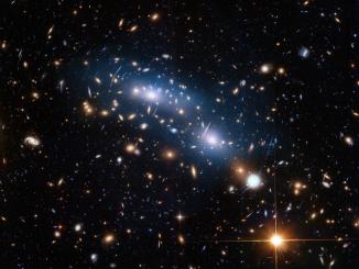 Il cluster di galassie MACS J0416.1-2403. Credit NASA
