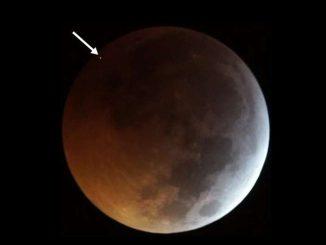 L'impatto del meteorite ha causato un lampo luminoso, indicato dalla freccia Jose M. Madiedo