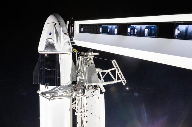 Crew Dragon in cima al suo razzo Falcon 9 sul pad 39A