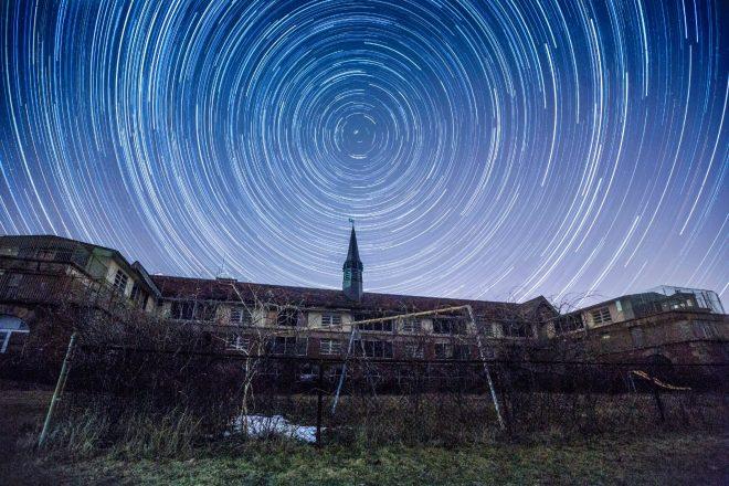 Cammino diurno delle stelle in cielo. Il centro del bersaglio è la stella Polare. Fonte: spazio-tempo-luce-energia.it